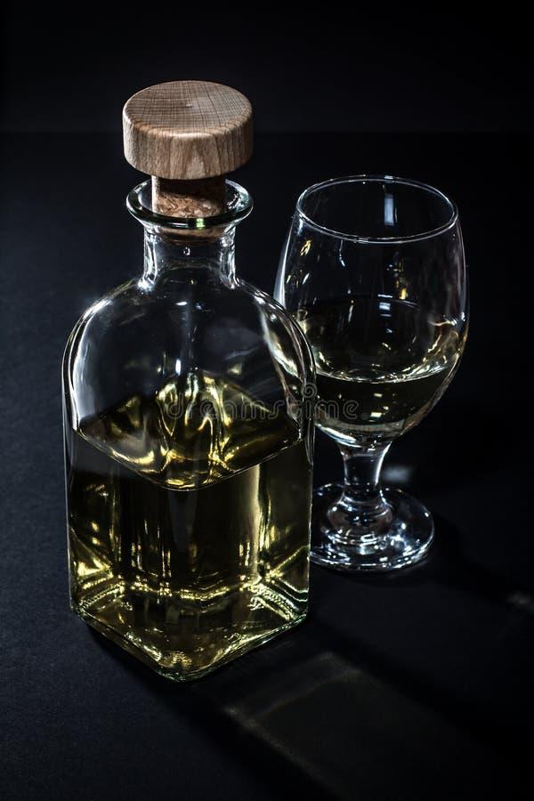 Främre sikt av vinflaskan och vinexponeringsglaset arkivbilder
