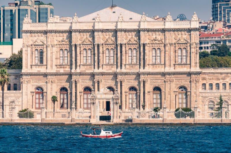 Främre sikt för Dolmabahce slott, fasad Turismdestination i Istanbul royaltyfri bild