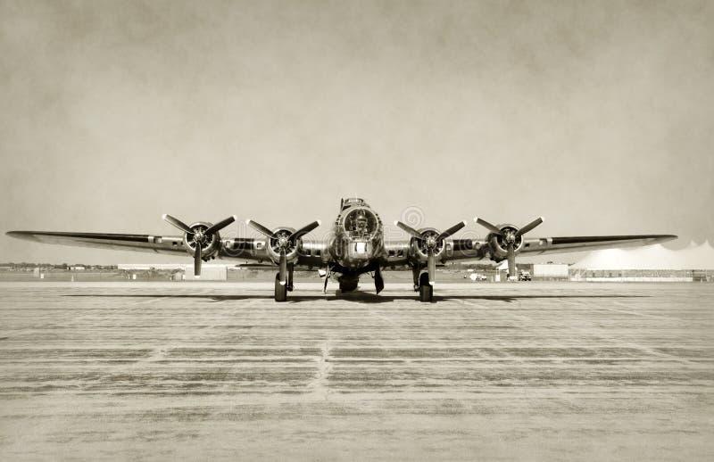 Främre sikt för gammal bombplan royaltyfria bilder