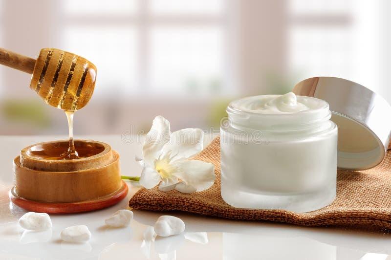 Främre sikt för honungfuktighetsbevarande hudkräm med bakgrundsfönster arkivfoton