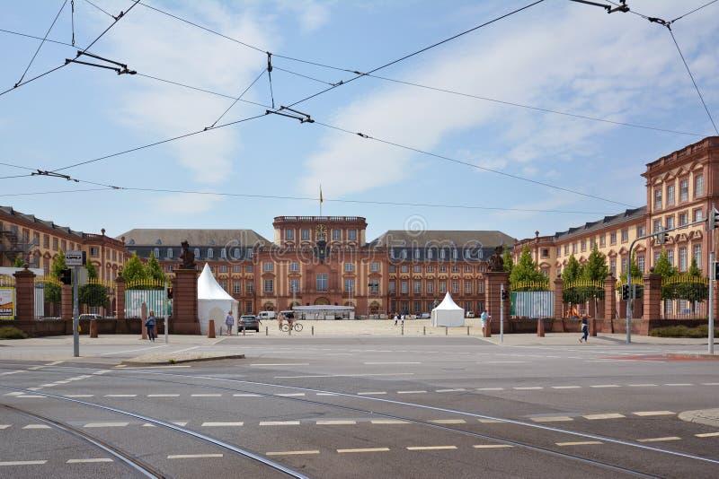 Främre sikt med portar av Mannheim den barocka slotten på sommardag arkivfoton