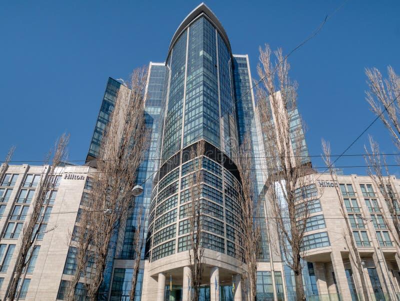 Främre sikt på den högväxta skyskrapan Hilton Hotel i huvudstaden Kiev fotografering för bildbyråer