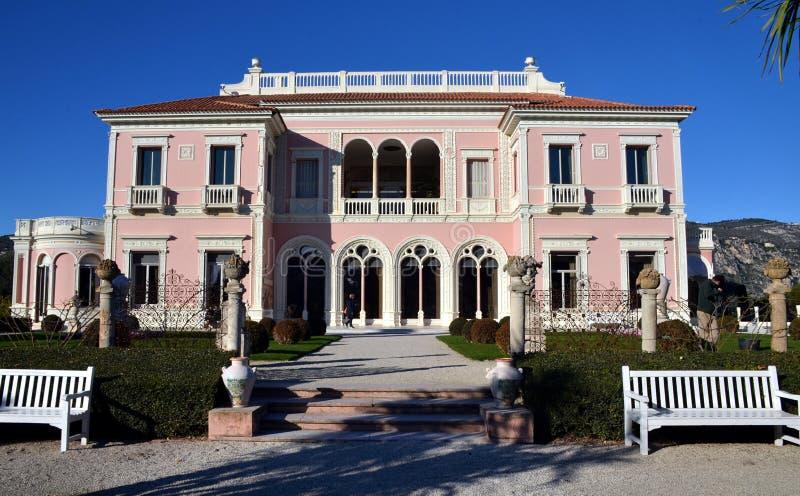 Främre sikt på villan Rothschild, Frankrike arkivfoto