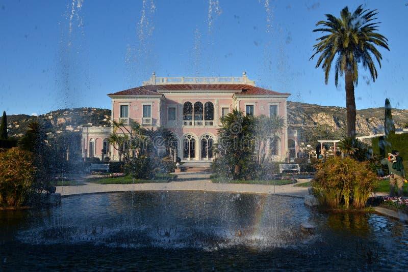 Främre sikt på villan Rothschild, Frankrike royaltyfri foto