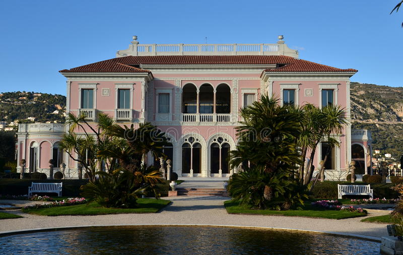 Främre sikt på villan Rothschild, Frankrike royaltyfria bilder