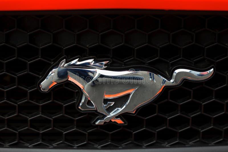 Främre skyddsgaller av en Ford Mustang med dess emblem fotografering för bildbyråer
