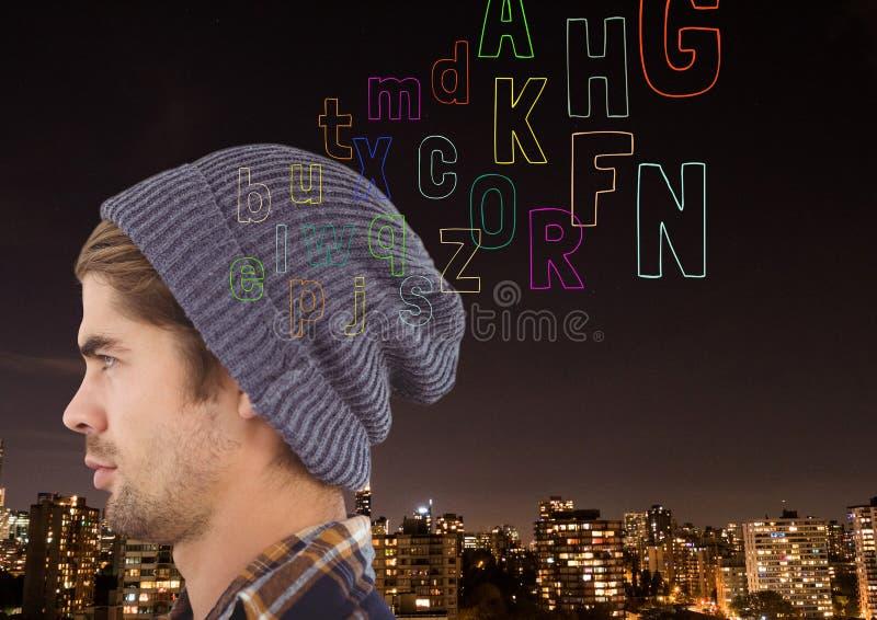 främst ogf för hipster staden på natten som tänker färgbokstav som kommer upp från huvudet arkivfoto