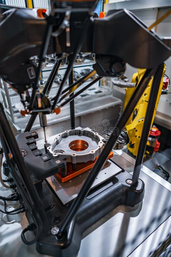 Fräsmaschine Metallverarbeitung CNC Automatisierte Produktionszelle meas lizenzfreies stockfoto