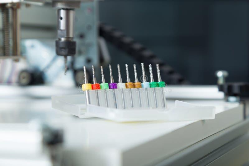 Fräsmaschinefunktion CNC, Ausschnittmetallverarbeitungsprozeß Fräsmaschine, die an Stahldetail arbeitet stockfotografie