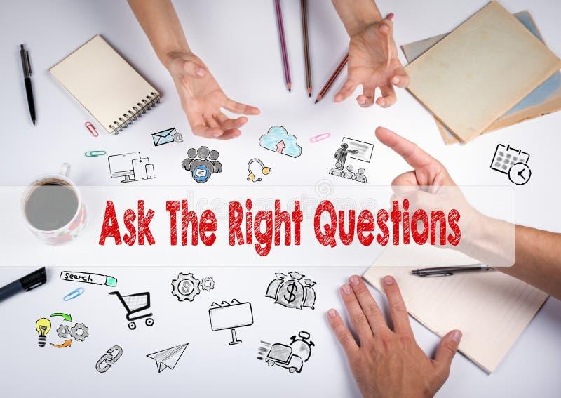 Fråga det högra frågebegreppet Mötet på den vita kontorstabellen arkivfoto
