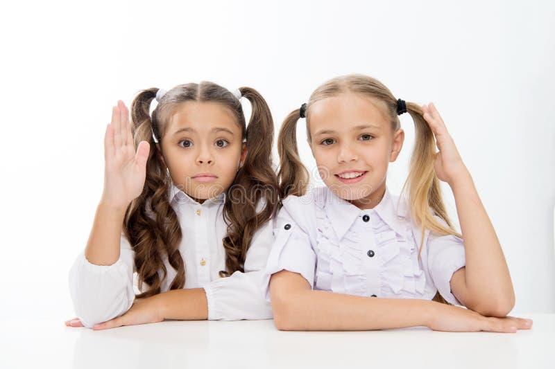 Fråga och svar små skolaflickor vet svar för att ifrågasätta Jag vet små skolaflickor med lyftta händer arkivfoton