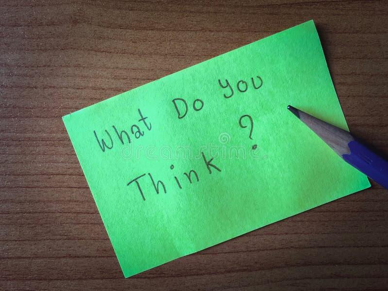 Frågan, vad tänker du? skriv på papper royaltyfri foto