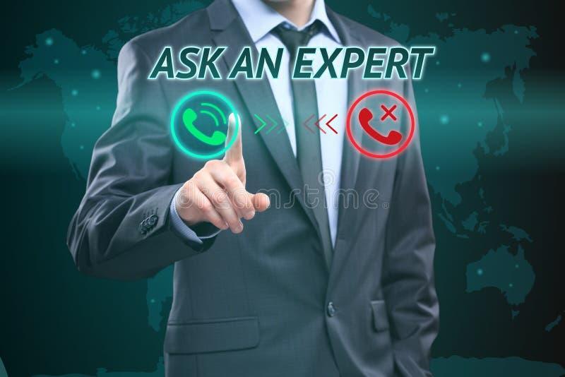 Frågar den trängande knappen för affärsmannen på pekskärmmanöverenhet och valda en expert äganderätt för home tangent för affärsi arkivfoto