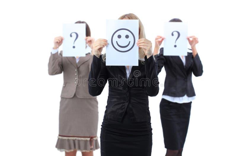 frågar härliga affärshjälpkvinnor arkivbilder
