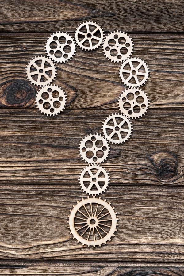 Frågefläck från träkugghjul royaltyfri foto