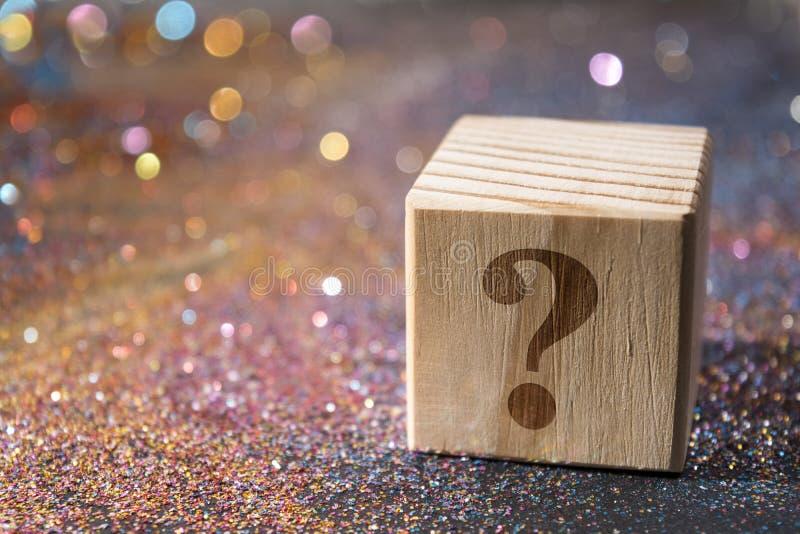 Frågefläck på kuben arkivbild