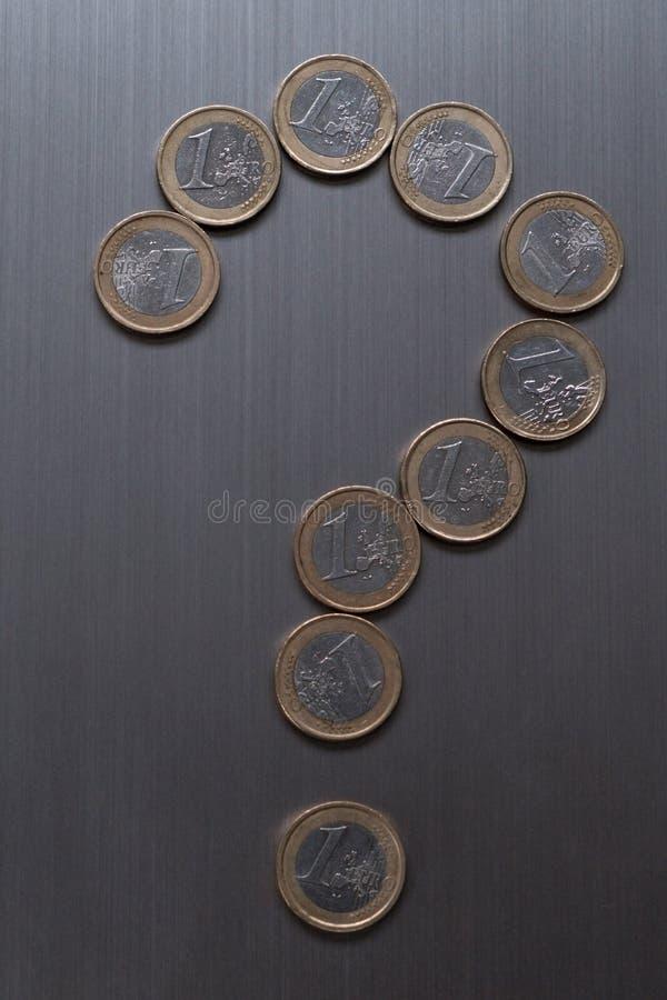 Frågefläck som göras av ett euro mynt på en metallisk bakgrund Europeiskt valutafinansbegrepp arkivfoto