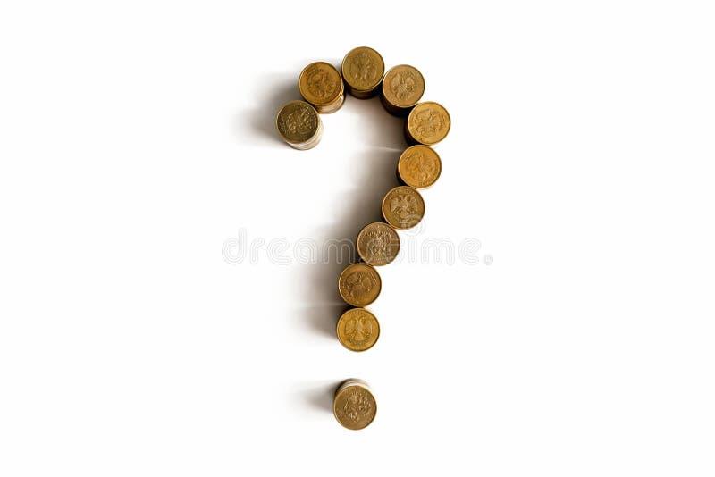 Frågefläck som göras av mynt på en vit bakgrund royaltyfri bild