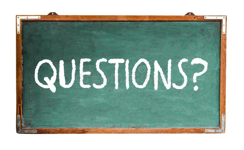 Frågor? textordmeddelande i vit krita som är skriftlig på en träsvart tavla för bred grön gammal grungy tappning eller en retro s royaltyfria foton