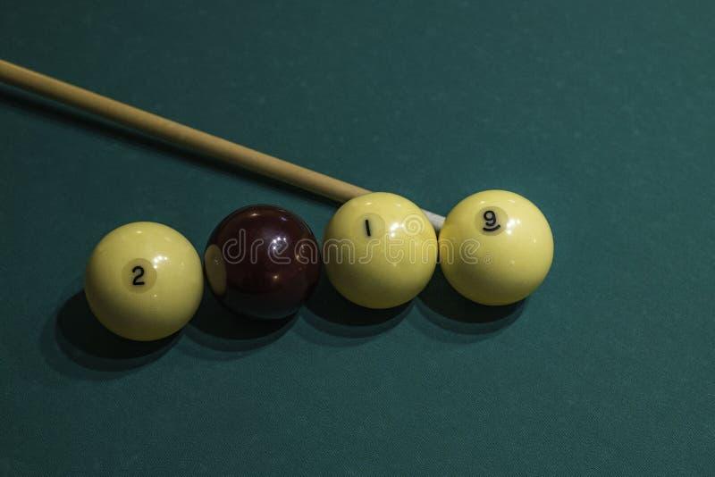 2019 från billiardbollar och stickreplik på den gröna pöltabellen nytt år för begrepp royaltyfria bilder