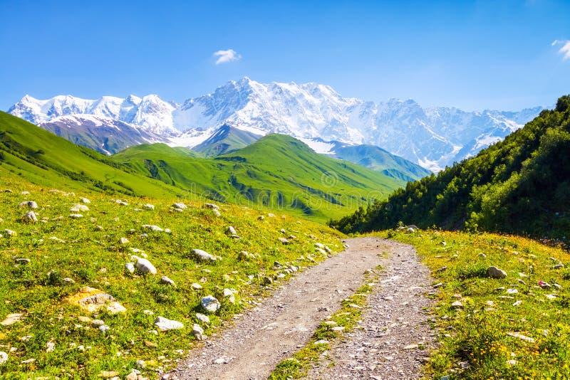 Från den breda vägen öppnar fascinerande sikt av de steniga bergen arkivbild