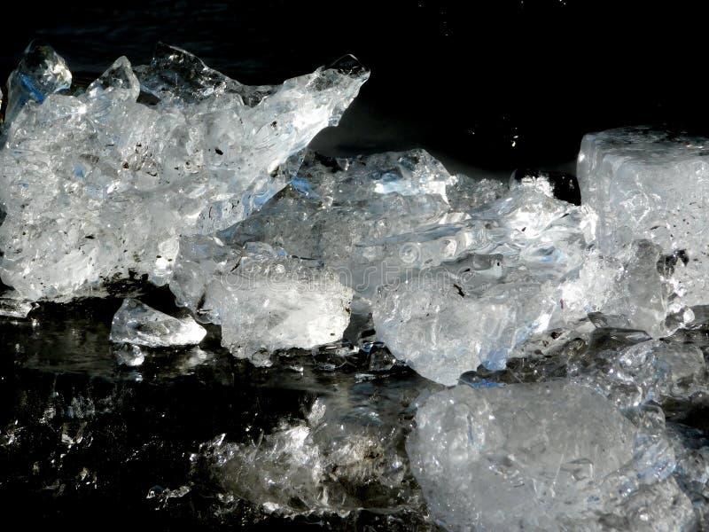 Is från den djupfrysta Tisa floden arkivfoton