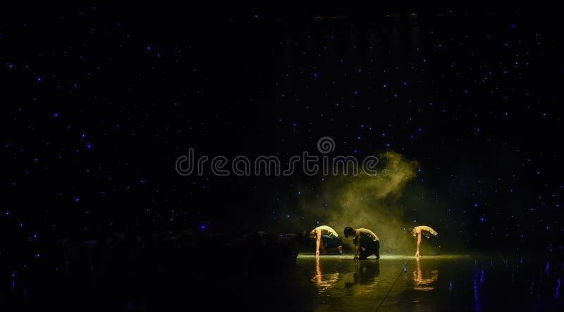Från den rök-Yellow River Kör-grupp dansen fotografering för bildbyråer