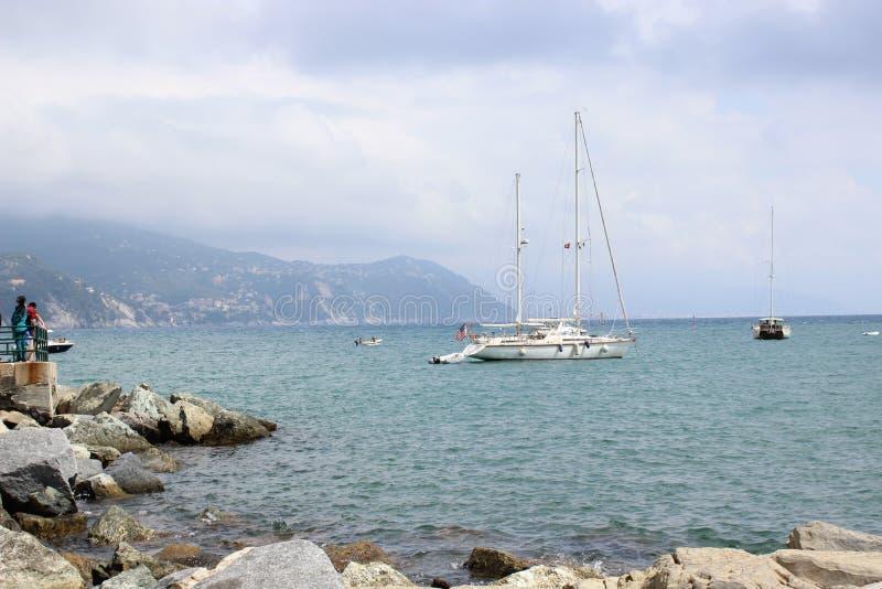 Från härlig havssikt för kustlinje av Portofino Italien royaltyfri bild