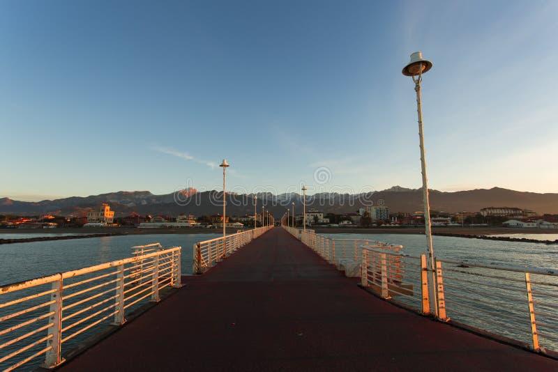 Från hamnplatsen av Marina di Massa arkivbilder