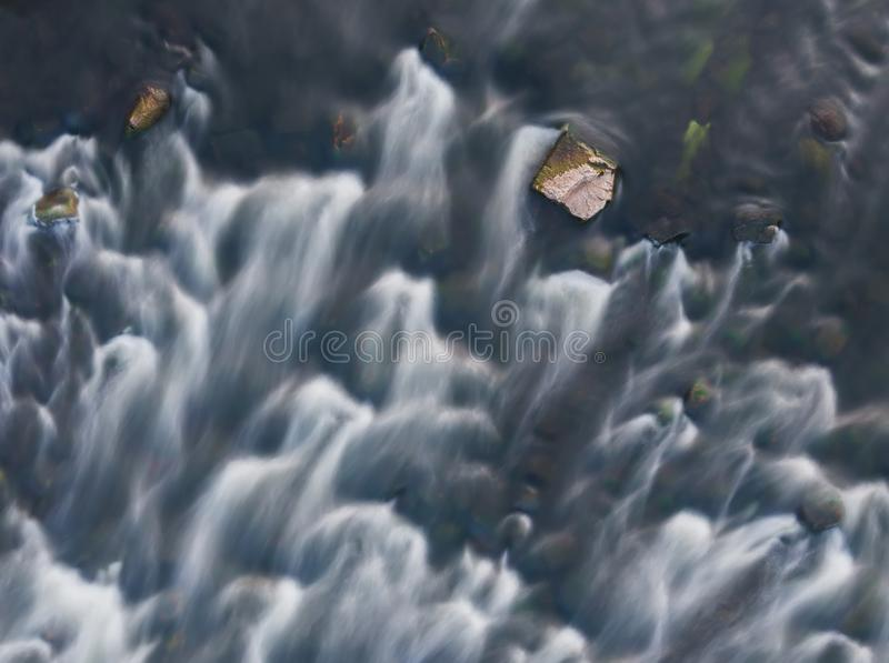 Från ovannämnd sikt av den flodforsar och stenen lång exponering Flyg- bästa sikt av strömmen fl?desnaturthailand vatten royaltyfri foto