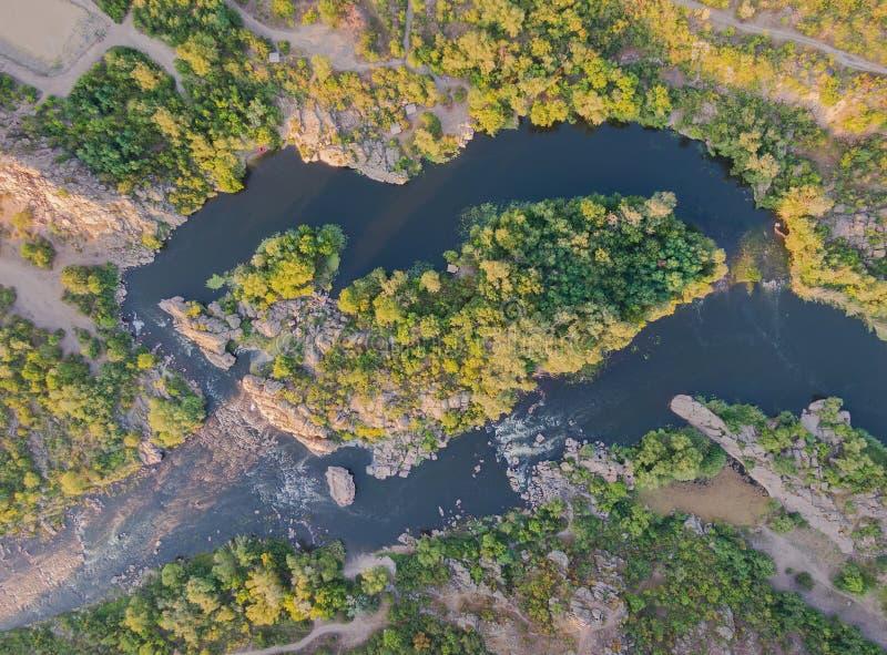 Från ovannämnd sikt av floden med ön Flyg- b?sta sikt f?r landskap royaltyfria bilder
