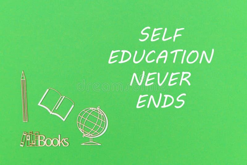 Från ovannämnda träminitures avslutar skolatillförsel på grön bakgrund med textsjälvutbildning aldrig arkivbild