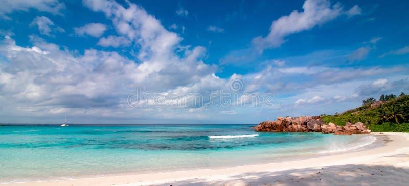 Från Seychellerna panorama Tropiskt strand- och turkoshav som ska kopplas av royaltyfri bild