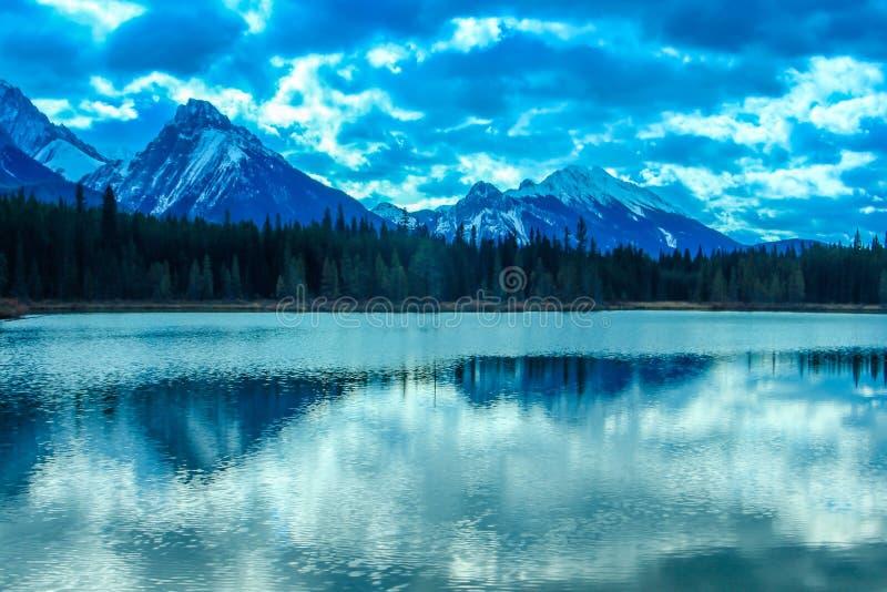 Från vägrenen parkerar den provinsiella sprejdalen, Alberta, Kanada royaltyfri foto