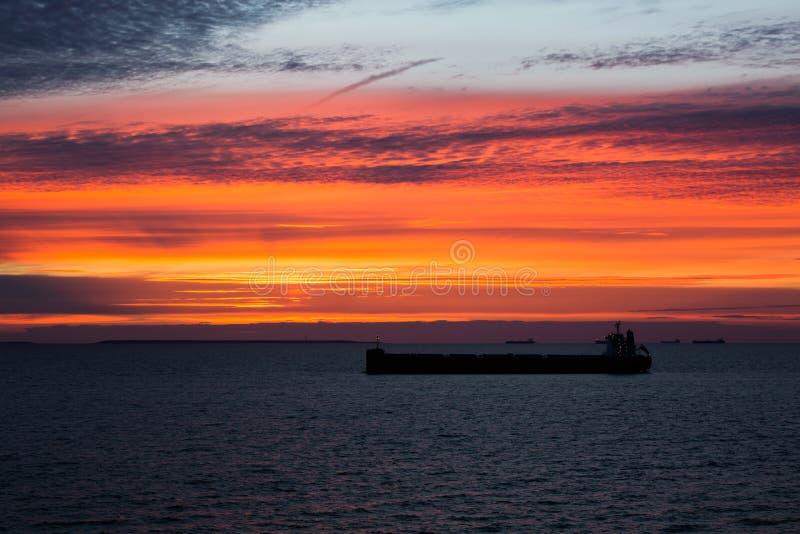 Frånlands- ankring när det solnedgång royaltyfri bild