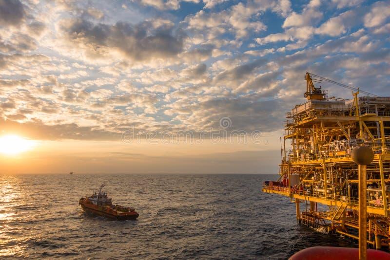 Frånlands- fossila bränslen som bearbetar plattformen, petroliumbransch till royaltyfri bild