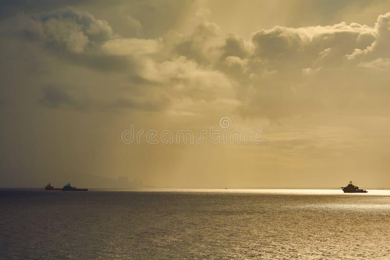 Frånlands- tillförsel och dyka serviceskytteln som arbetar på ett oljeindustriprojekt på havet royaltyfri fotografi