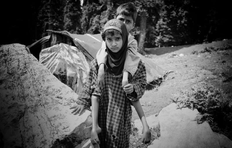Frère de transport de soeur quotidien pour jouer sur des montagnes photo libre de droits