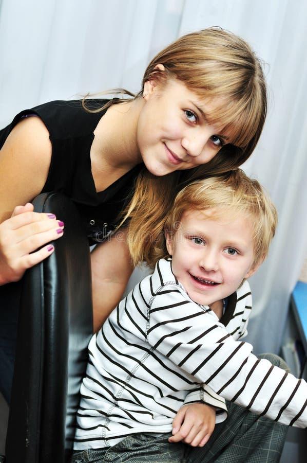 Frère et soeur à la maison photographie stock