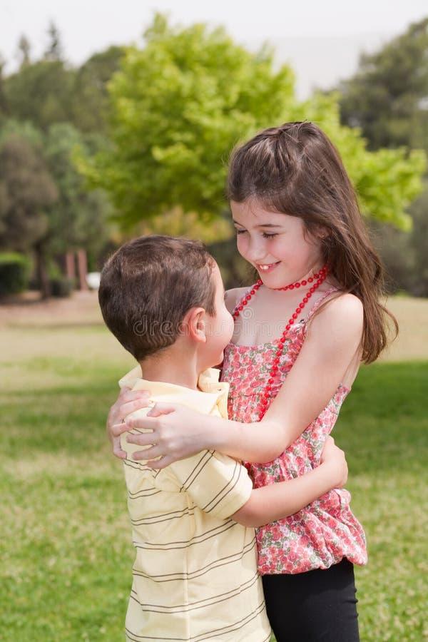 Frère et soeur étreignant affectionatly photo stock