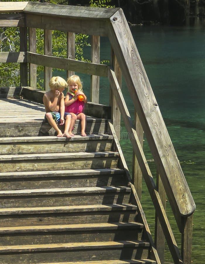 Frère et soeur Contemplate Water Entry photographie stock libre de droits