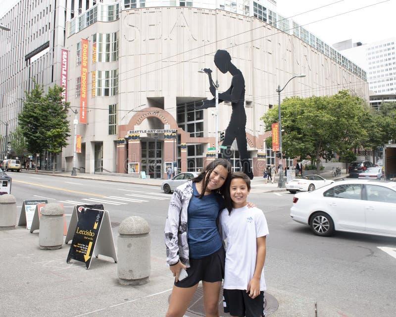 Frère et soeur des vacances devant Seattle Art Museum photos libres de droits
