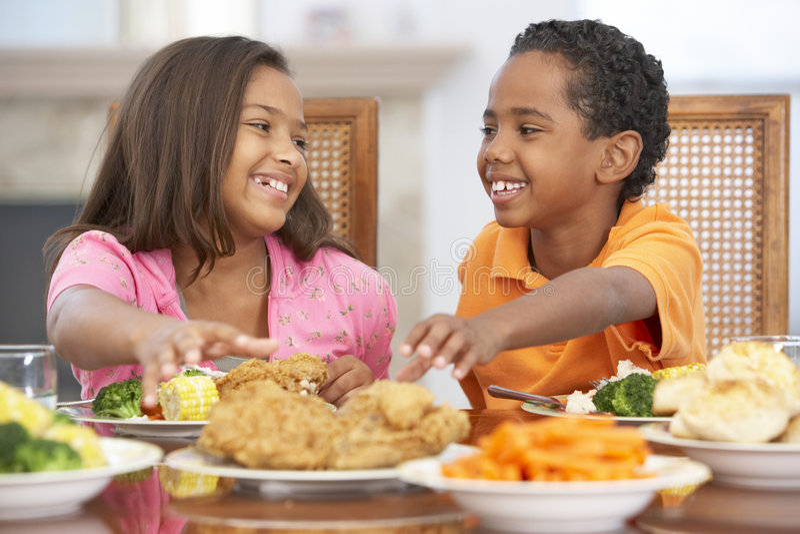 Frère et soeur prenant le déjeuner à la maison photo libre de droits