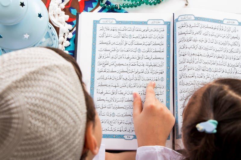 Frère musulman et soeur indiquant le mot : Ramadan The ho photo libre de droits