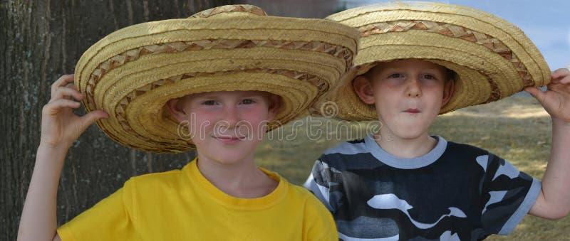 Frères avec de grands chapeaux de paille mexicains image libre de droits