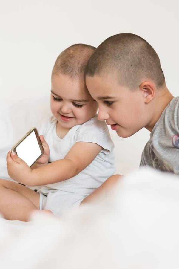 Frères avec un smartphone photos stock