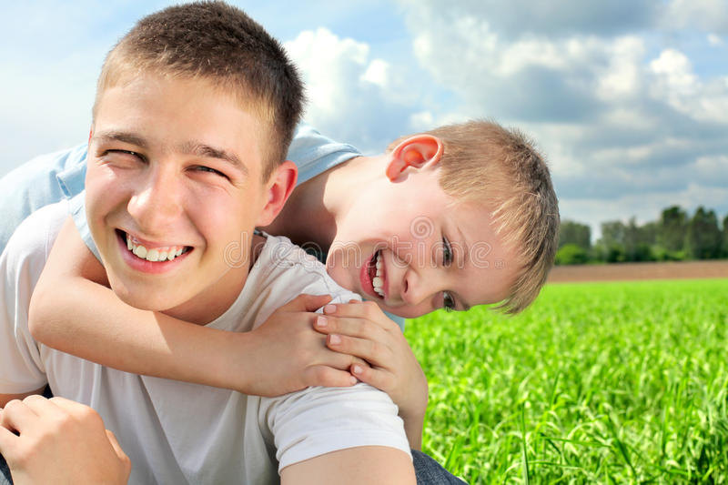 Frères heureux image stock