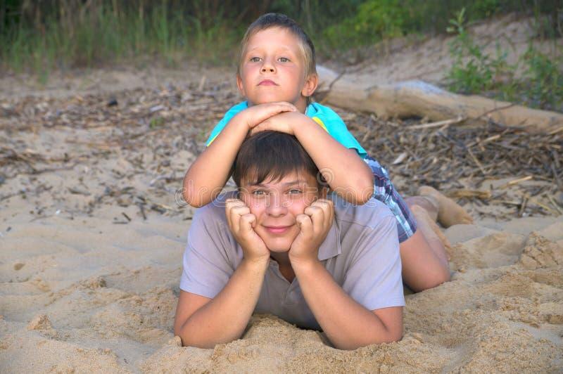 Frères heureux et la joie de l'été photo libre de droits
