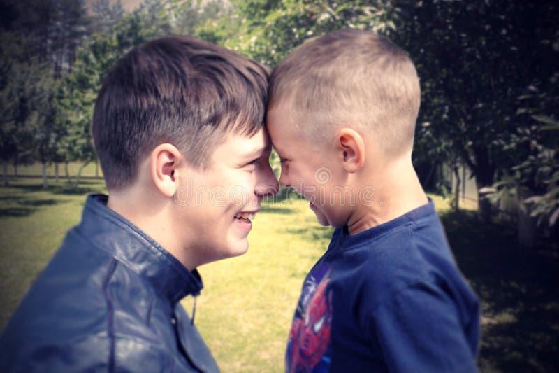 Frères heureux et la joie de l'été image stock