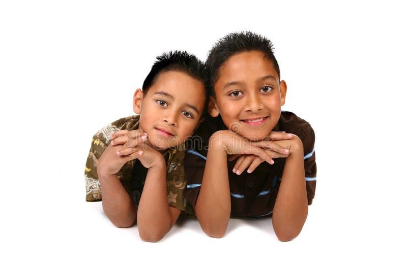 Frères heureux souriant sur le fond blanc images libres de droits